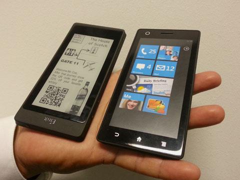 Представлен смартфон с двумя дисплеями